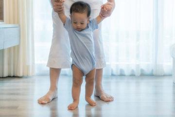 Dạy trẻ đi đúng cách nhất để không bị chân vòng kiềng và tổn thương khác