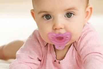 Trẻ ngậm núm vú giả dễ bị chậm nói gấp 3 lần