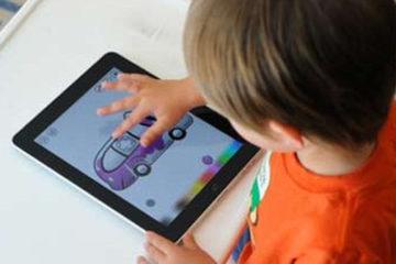 Trẻ nhỏ dùng màn hình cảm ứng có thể hỏng cơ tay