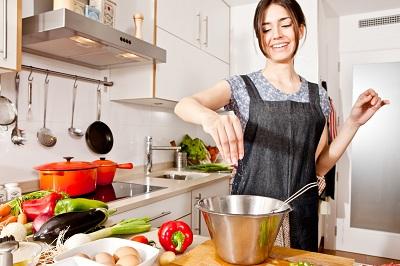 phụ nữ nấu ăn