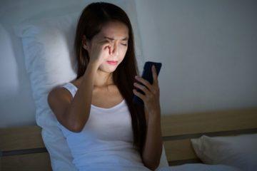 sử dụng điện thoại trước khi ngủ