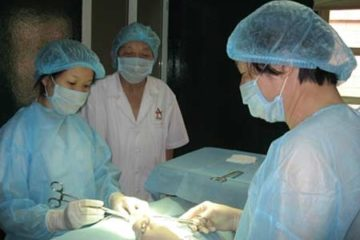 GS Trần Quán Anh đang phẫu thuật