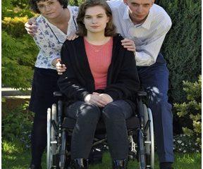 Anh: Bé gái 13 tuôi ngồi xe lăn sau khi tiêm phòng vắc xin HPV