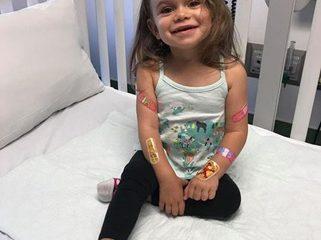 Bé gái ngã 100 lần mỗi ngày vì căn bệnh hiếm gặp