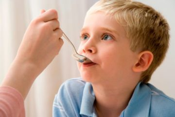 Trẻ được cho uống Vitamin