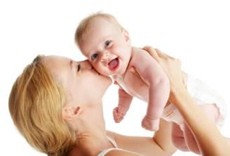 Ôm hôn thường xuyên giúp cải thiện chỉ số IQ ở trẻ