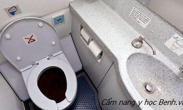 Cảnh báo hậu họa khi sử dụng điện thoại trong nhà tắm, nhà vệ sinh