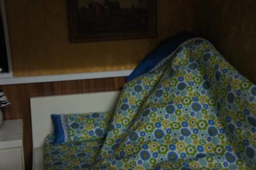 trùm chăn kín đầu khi ngủ