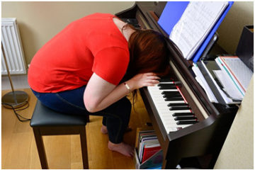 Chuyện lạ: Thiếu nữ ngủ tới 40 lần một ngày