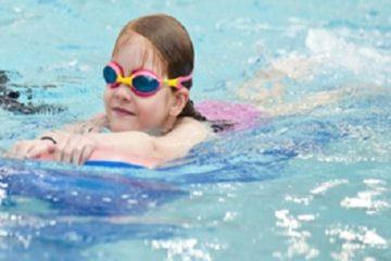 Ngày hè đề phòng hiện tượng mẩn ngứa khi trẻ đi bơi