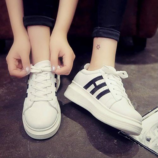 Đi giày thể thao vừa chân