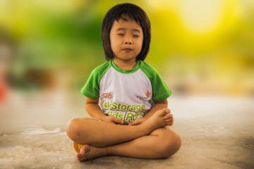 Em bé đang ngồi thiền trong yoga