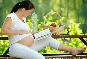 Không chỉ ăn và ngủ, em bé làm hành động đặc biệt gì trong bụng mẹ?