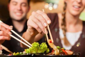 Gắp thức ăn cho người khác là lịch sự hay khiếm nhã?