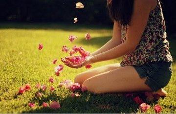 Bài thơ 'Hôm nay tôi nhận hoa' khiến nhiều chị em tỉnh ngộ