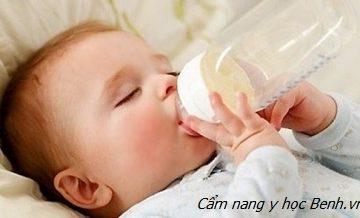 Làm thế nào để giúp bé cầm được bình sữa?