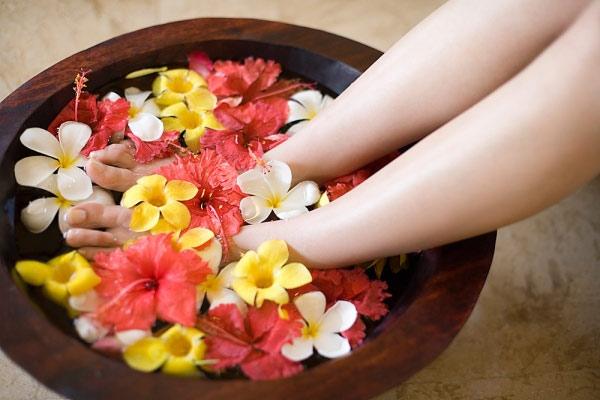 Massage chân ngâm chân chữa bệnh