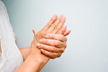 Chứng tê nhức chân tay ở người già