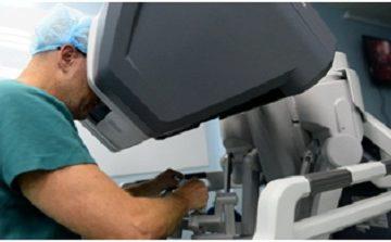 Phẫu thuật cột sống cho bệnh nhân người Anh bằng robot