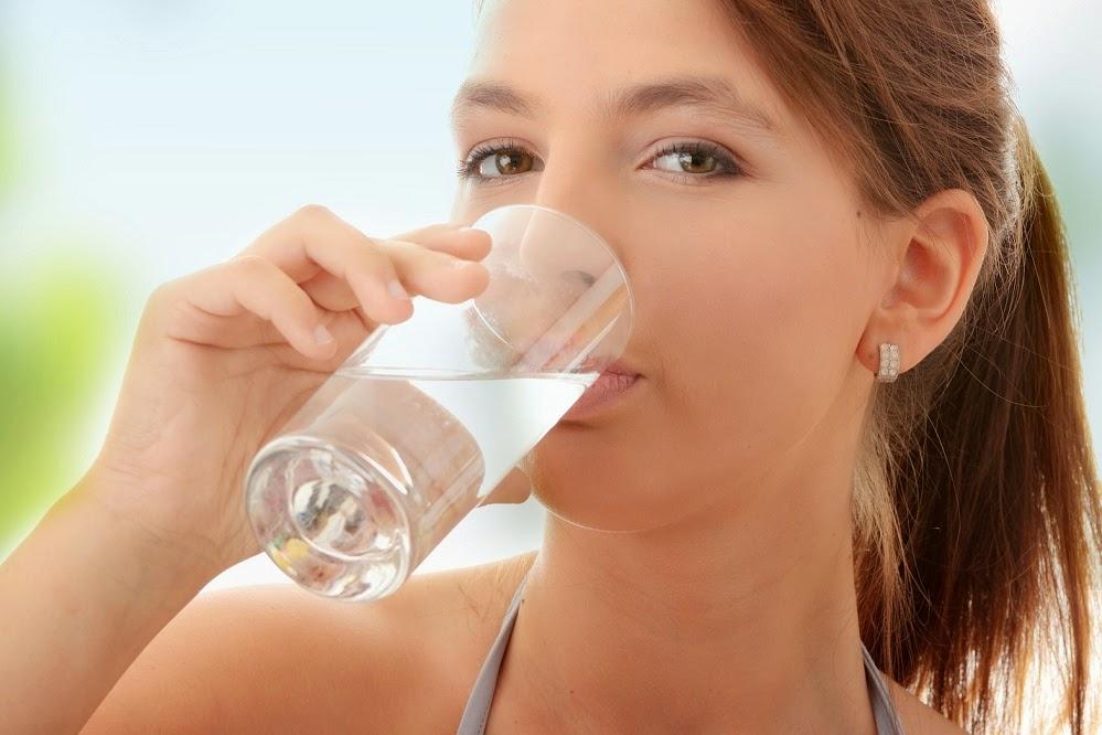 Cô gái đang uống nước