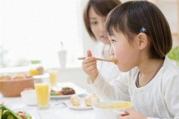 Những sai lầm khi ăn cơm cực có hại nhưng ai cũng mắc
