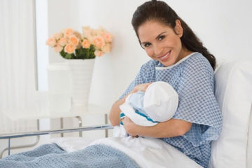 mẹ bế con sau sinh