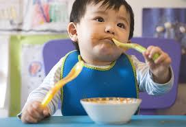 Quan niệm về việc nhai cơm cho trẻ tập ăn