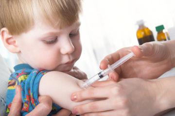 Trẻ em đang tiêm chủng vắc xin
