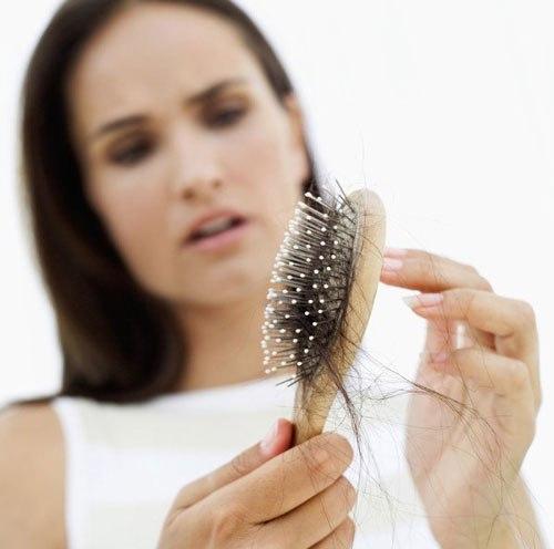 rụng tóc khi chải đầu