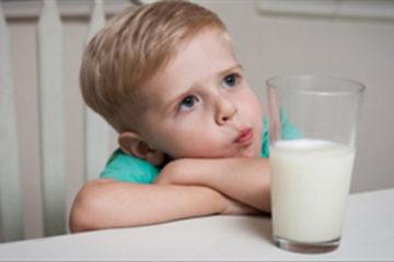 trẻ không dung nạp sữa