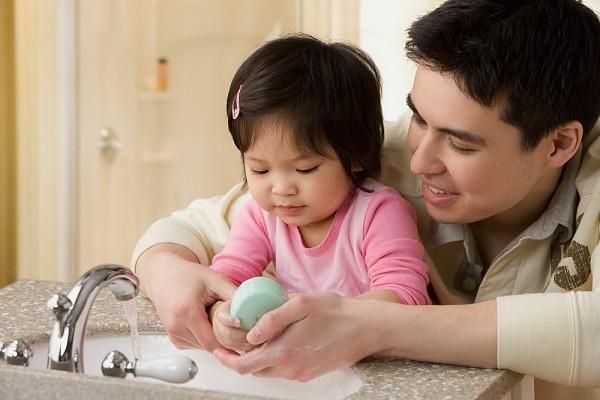 cho trẻ rửa tay