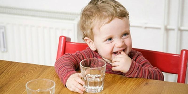 Trẻ em uống nước