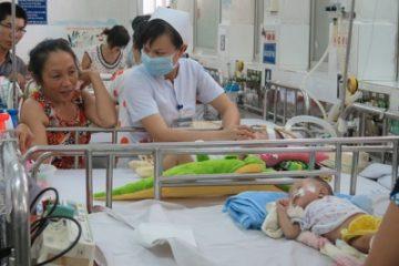 Nguy hiểm rình rập khi tự ý truyền dịch cho trẻ bị sốt xuất huyết tại nhà