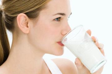 Phụ nữ uống sữa có thể chống lại bệnh viêm khớp gối