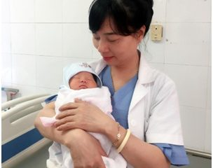 Việt Nam đón bé gái đầu tiên chào đời từ trứng đông lạnh
