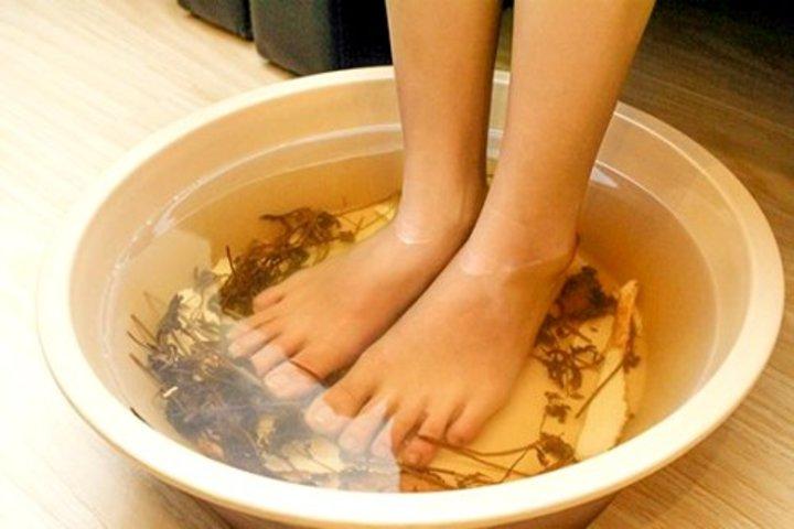 ngâm chân vào nước ấm