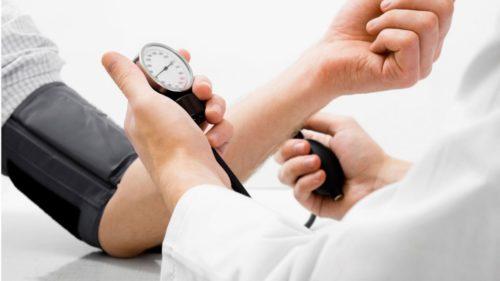 đo huyết áp cho bệnh nhân