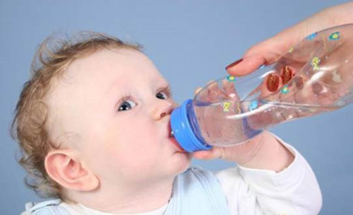 cho trẻ uống đủ nước vào mùa đông