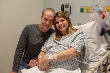 Khó tin nhưng có thật: nghiên cứu xoa dịch âm đạo của mẹ cho bé sinh mổ