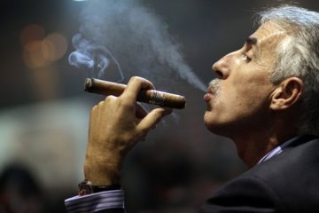 Hút xì gà có an toàn hơn thuốc lá không ?