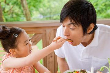 Mẹo giúp bé thích ăn rau
