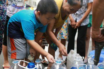 """Dừng cấp nước sạch khiến người dân thủ đô """"lao đao"""""""